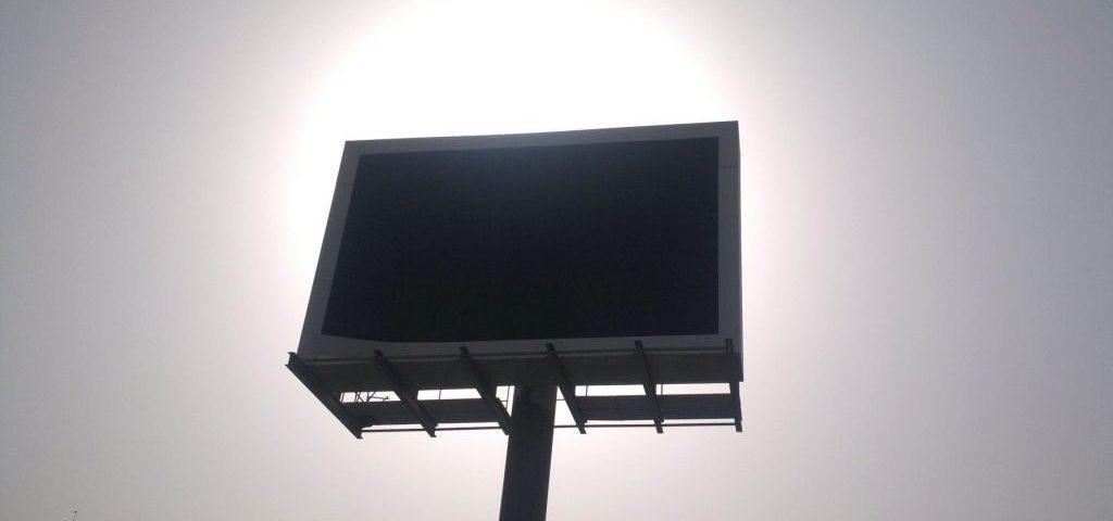INVESTTECH-PRODUCENT-wynajem-ekranów-i-band-led-na-imprezy-i-eventy-mobilne-ekrany-LED-CENNIK-CENY-1024x553